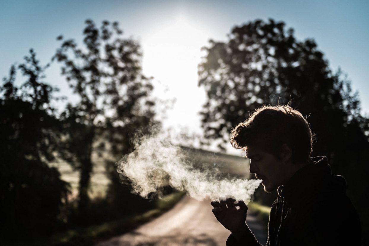 Rauchend am Wegesrand