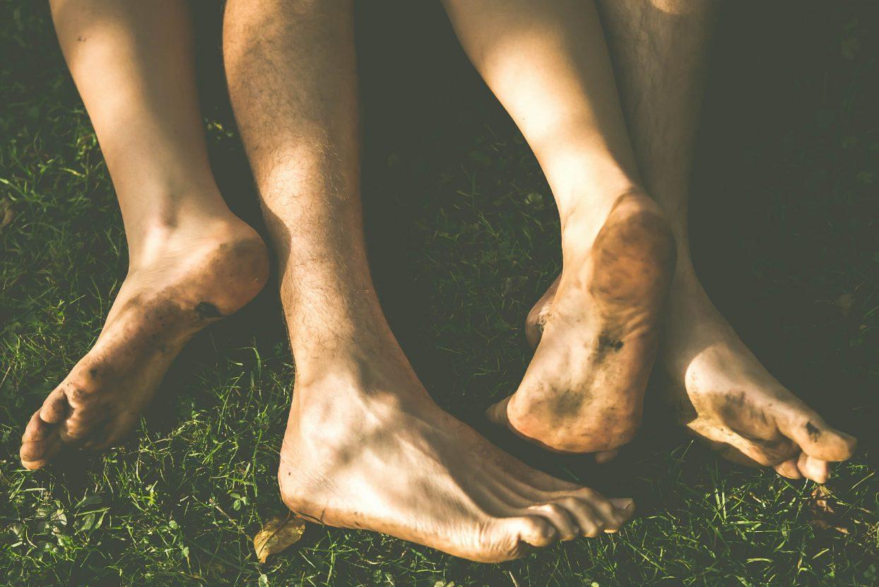 nackte Füße in der Wiese