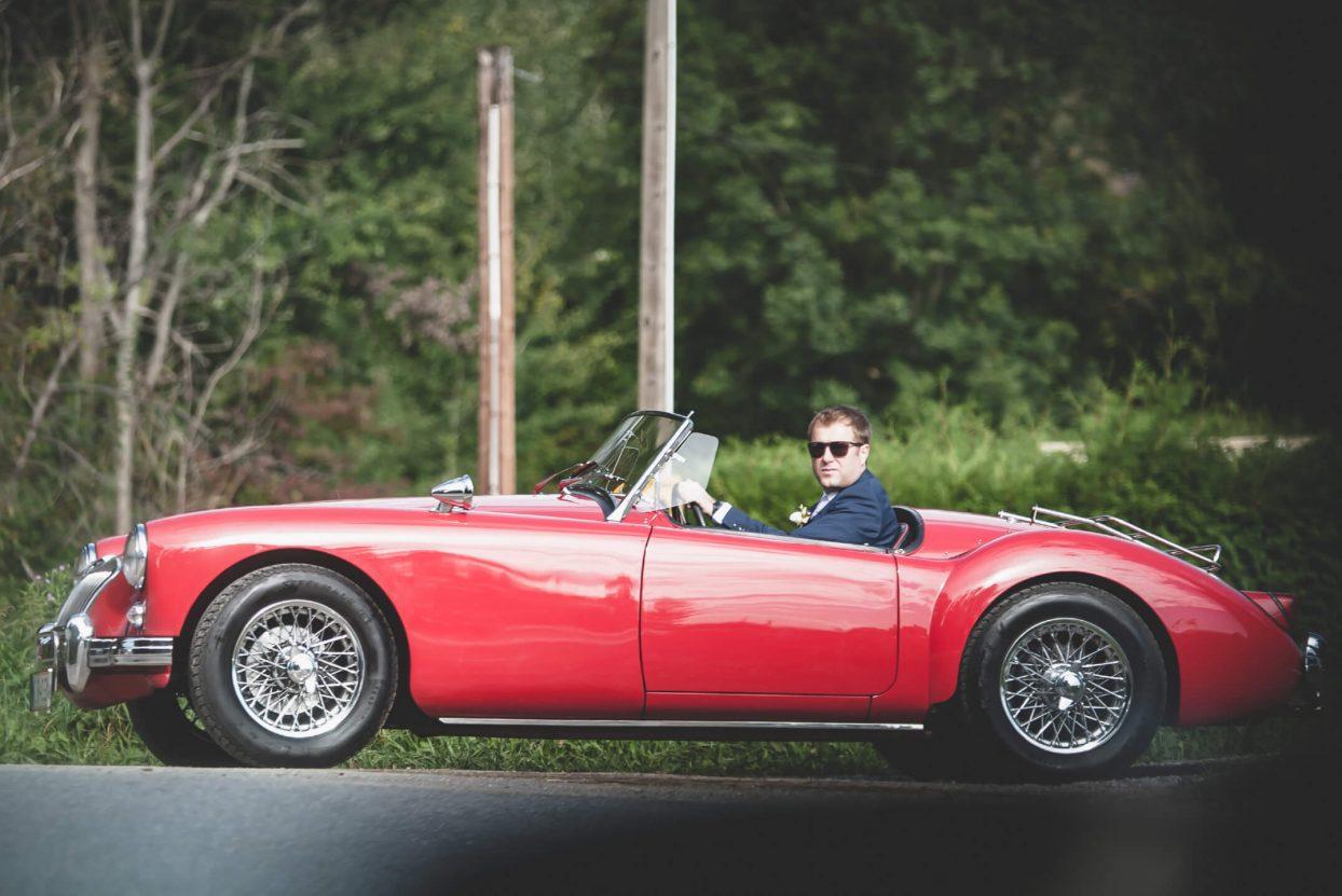 Mann in einem Roadster